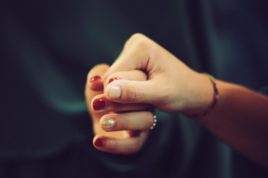 взять любимого за руку – это хороший способ избавиться от стресса