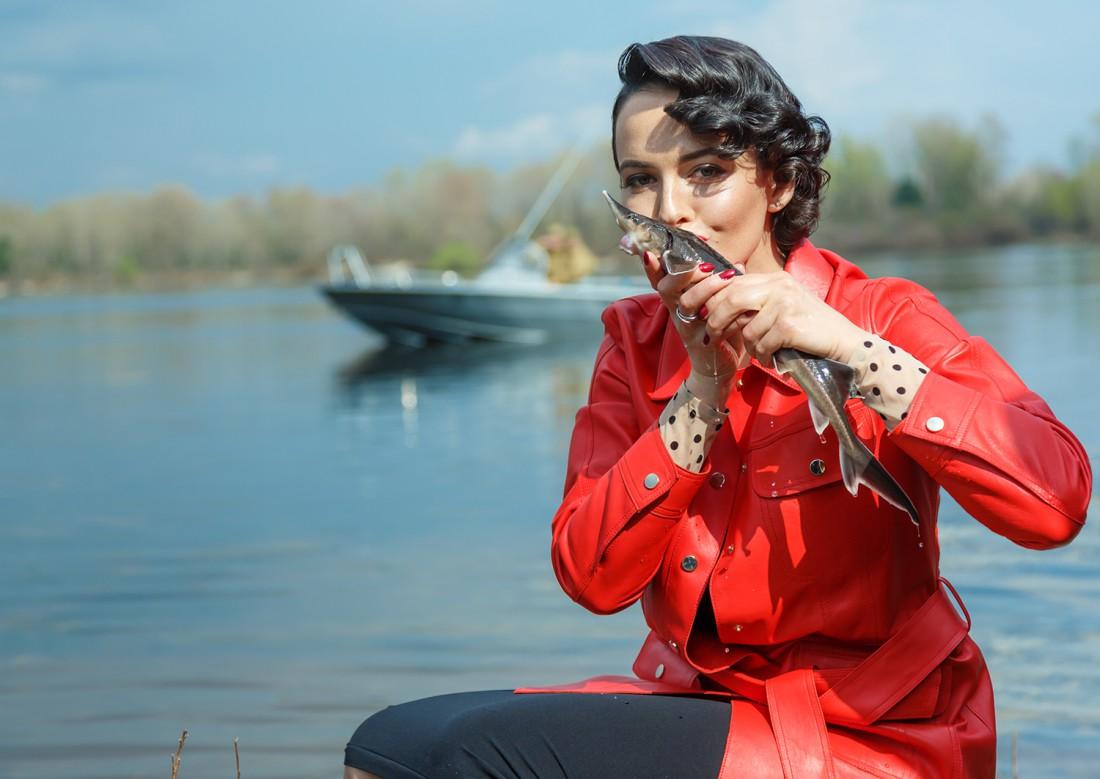 Даша лично выпускает рыб в реку и благословляет поцелуем.