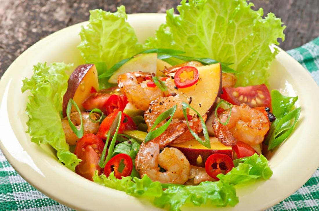 Легкие салаты на Новый год: Персиковый салат с креветками