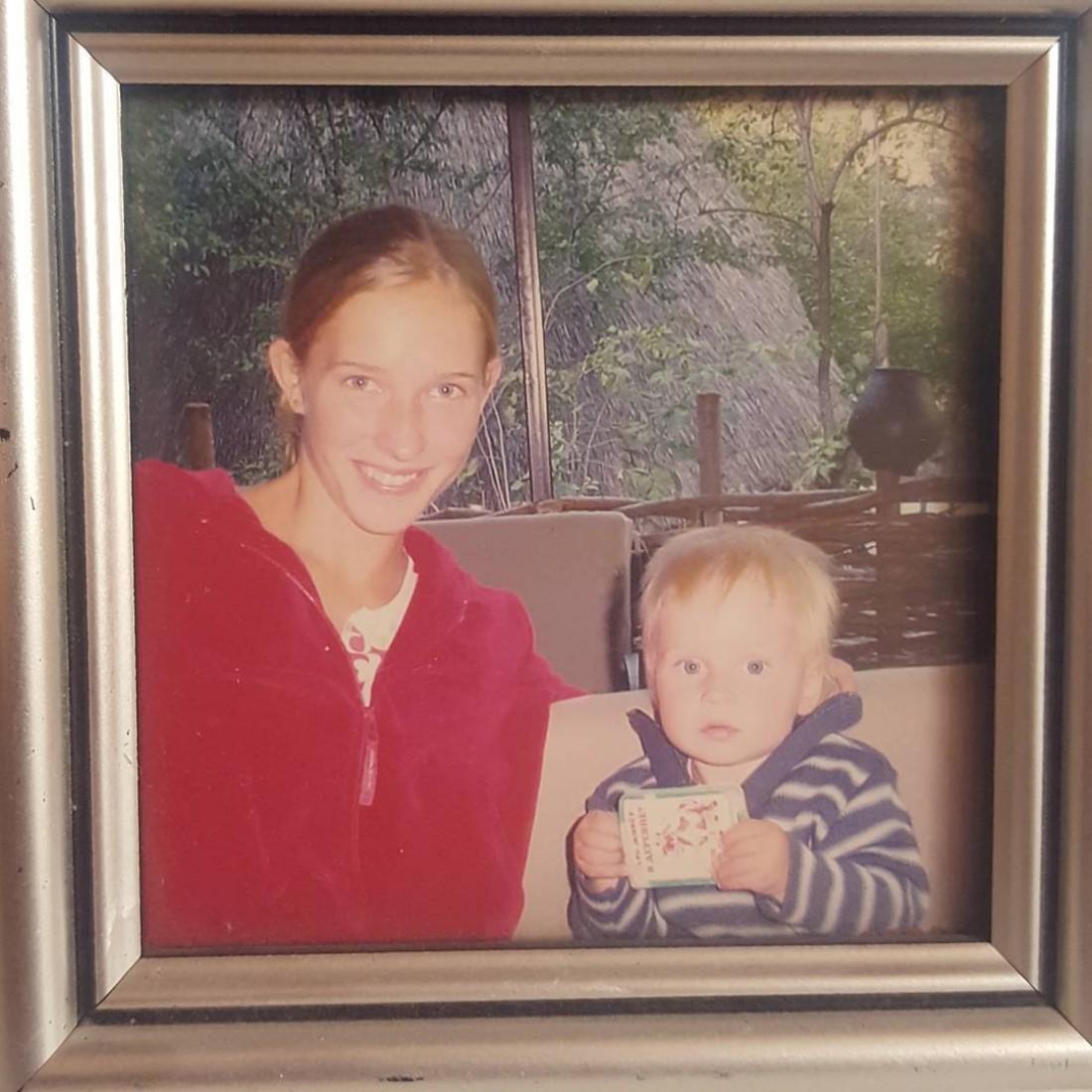 20-летняя Катя Осадчая с сыном Ильей