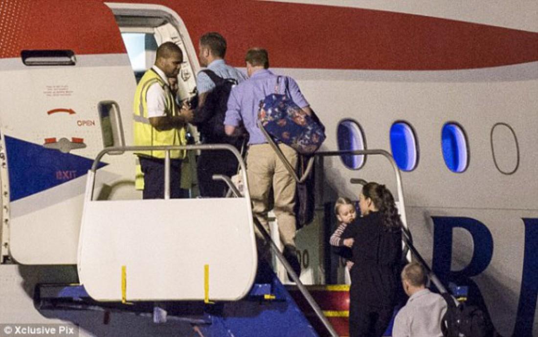Кейт Миддлтон с сыном на руках и принц Уильям с сумкой на плече возвращаются в Лондон, Англия