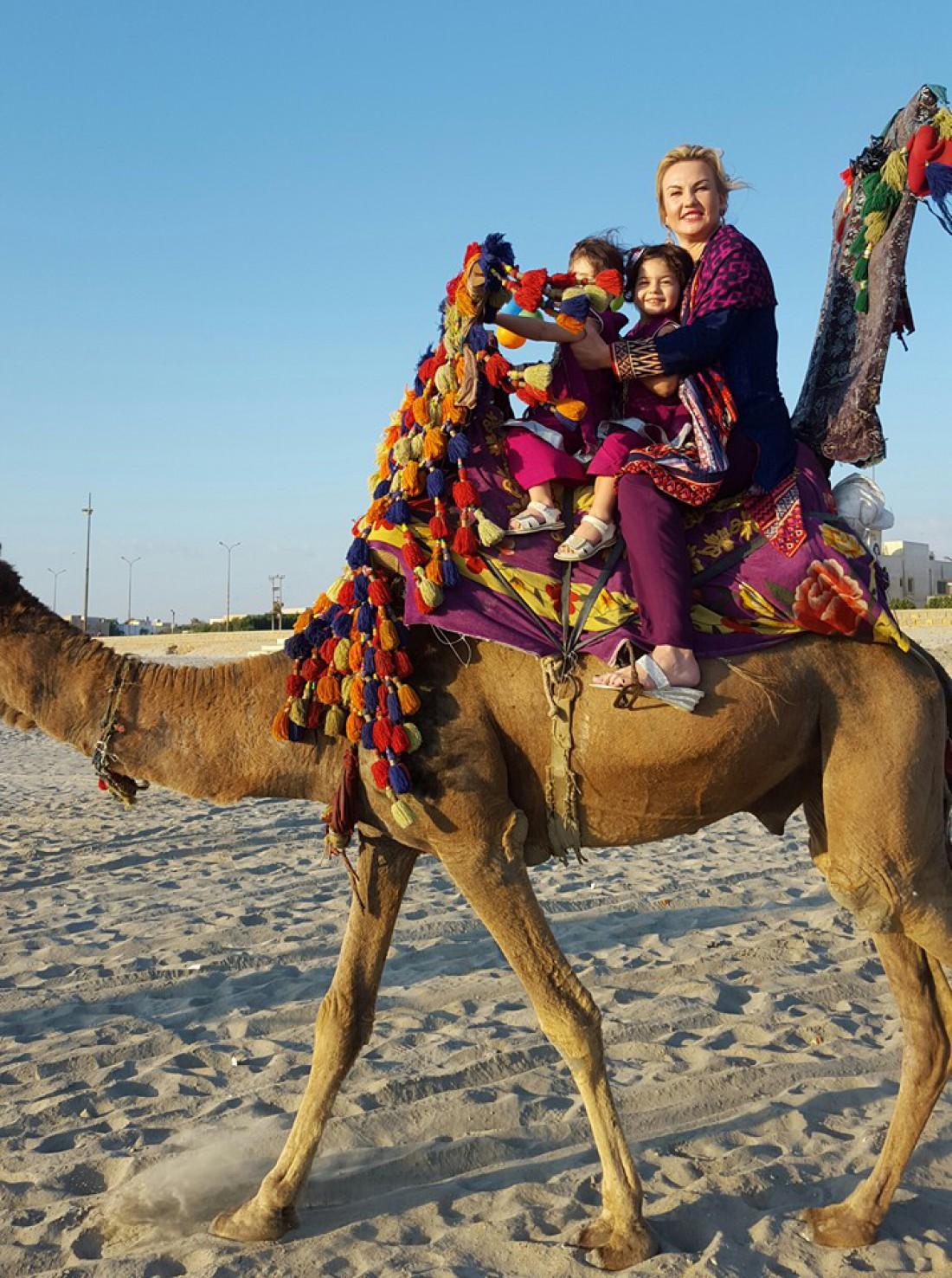 Камалия с детьми покаталась на верблюде