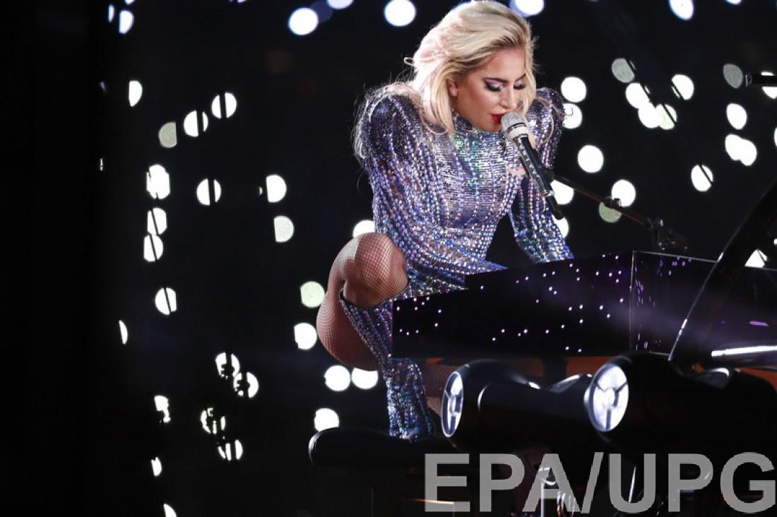 Певица исполняет песню Million Reasons