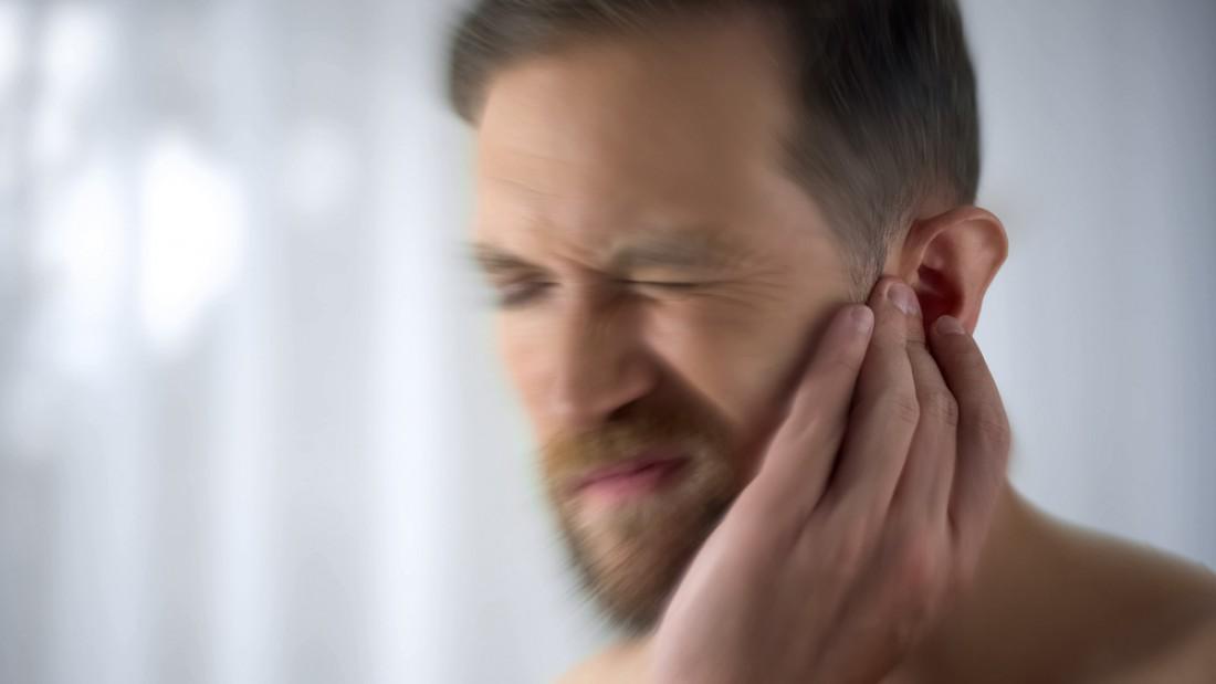 Почему звенит в ушах?