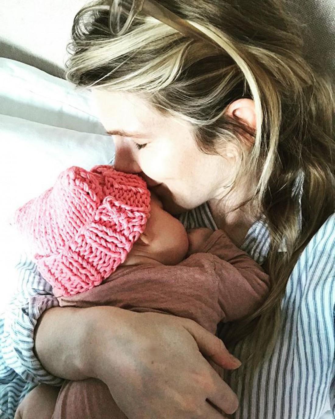 Лили с новорожденной дочкой