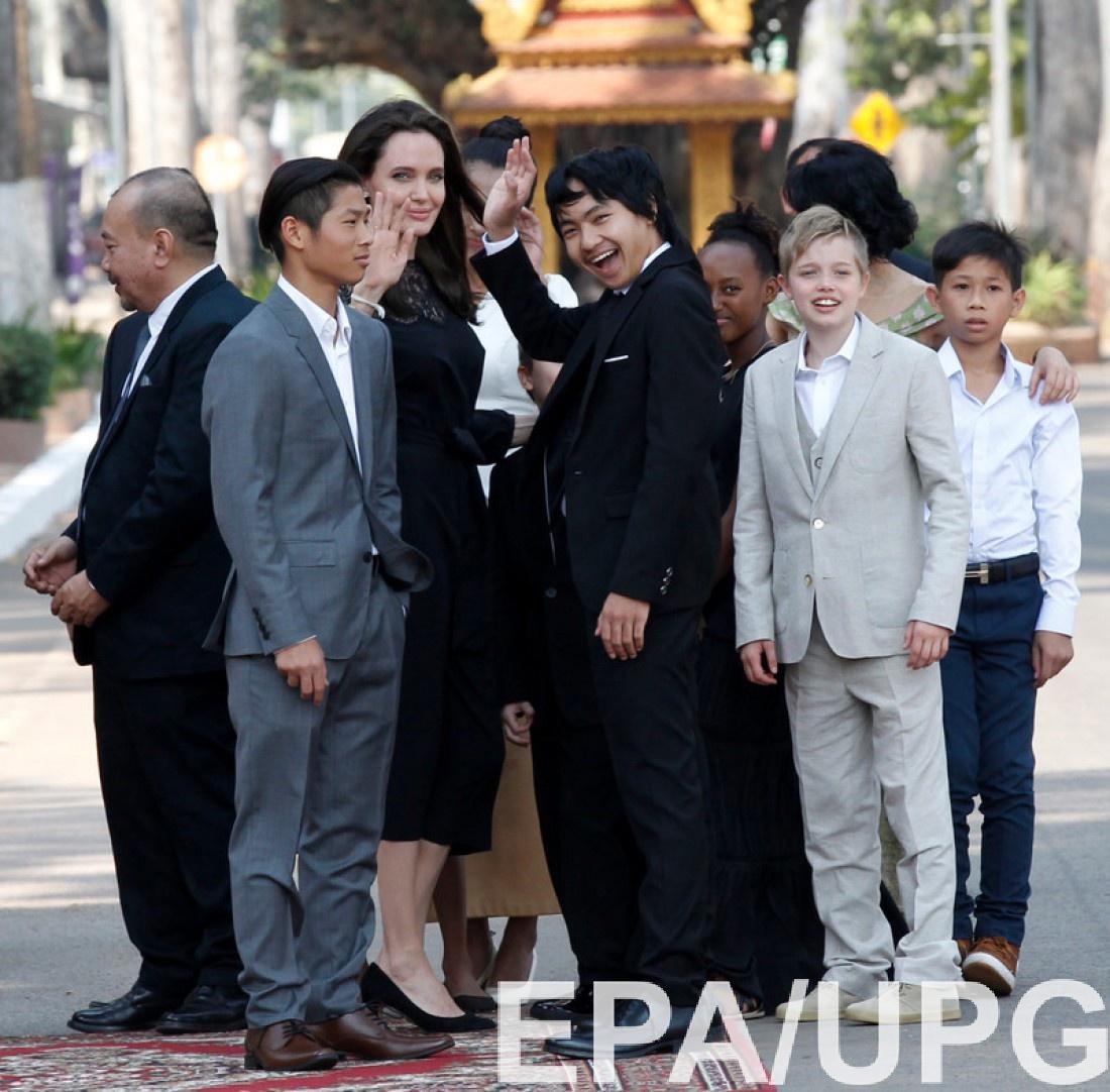 Анджелина Джоли в Камбодже с детьми
