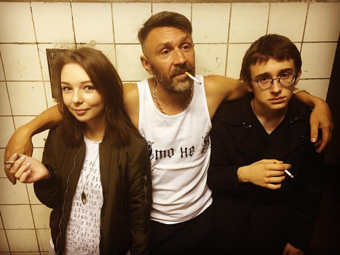 Сергей Шнуров с сыном Аполлоном и дочкой Серафимой