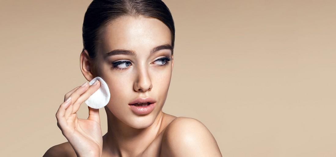 Смывать макияж тоже стоит только проверенными средствами