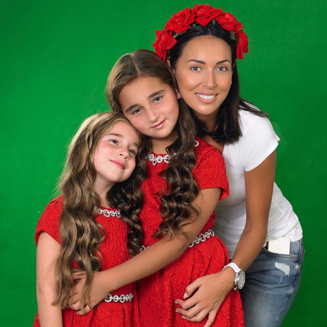 Алсу с дочками – девятилетней Сафиной и восьмилетней Миккелой