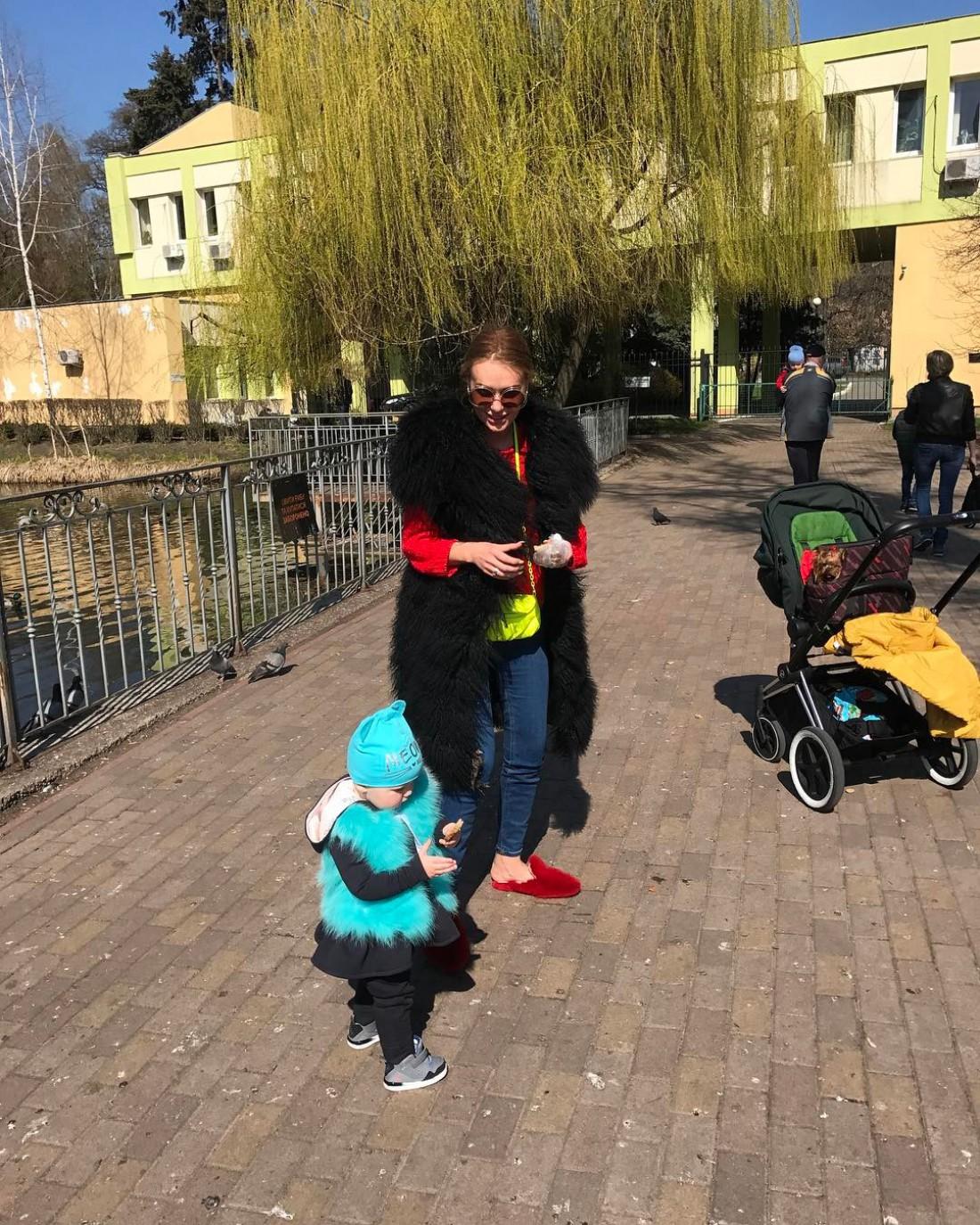 Слава с дочкой на прогулке