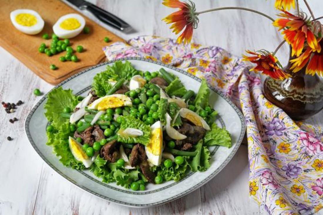 Салат без майонеза на Пасху: Салат с куриной печенью и стручковой фасолью