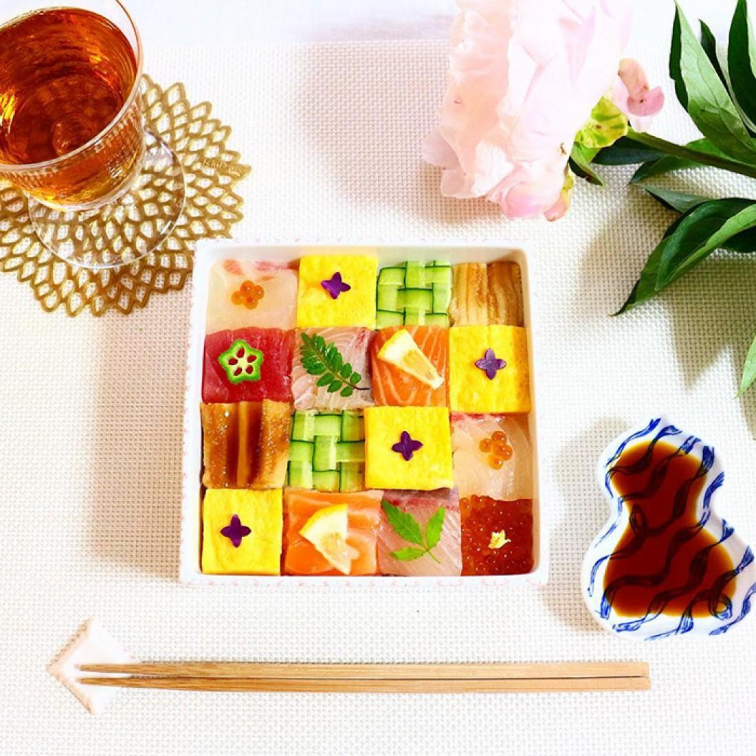 Ланч бокс с мозаикой из суши