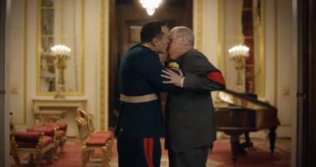 Поцелуй Жукова с Хрущевым в фильме Смерть Сталина
