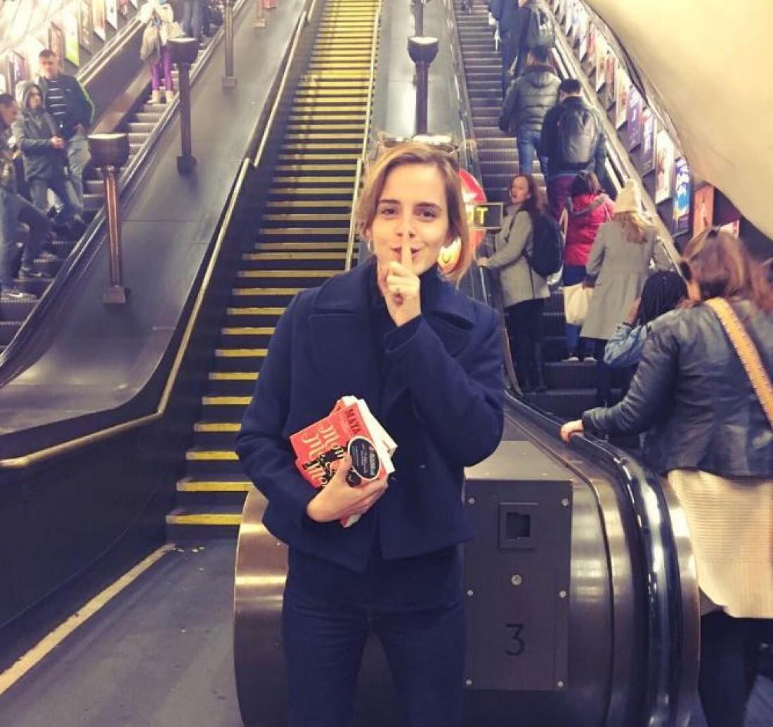 Эмма Уотсон спрятала книги влондонском метро