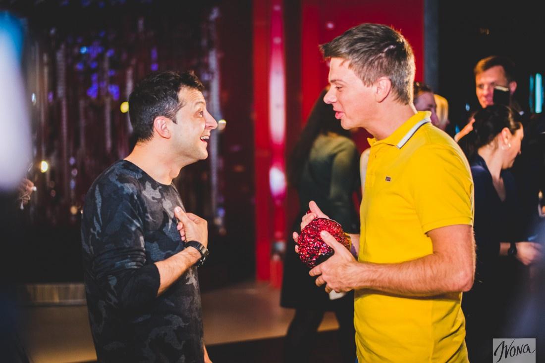 Дмитрий Комаров вручает Зеленскому подарок