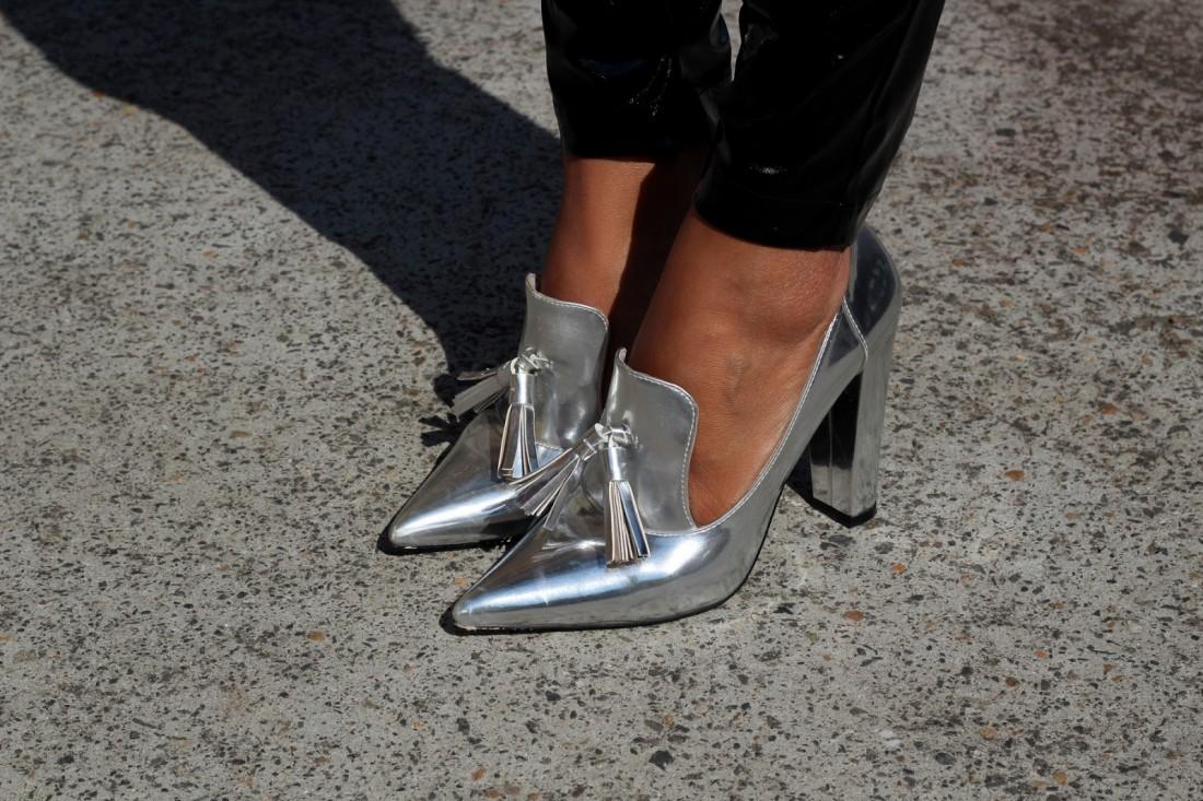 Металлические лоферы на каблуке