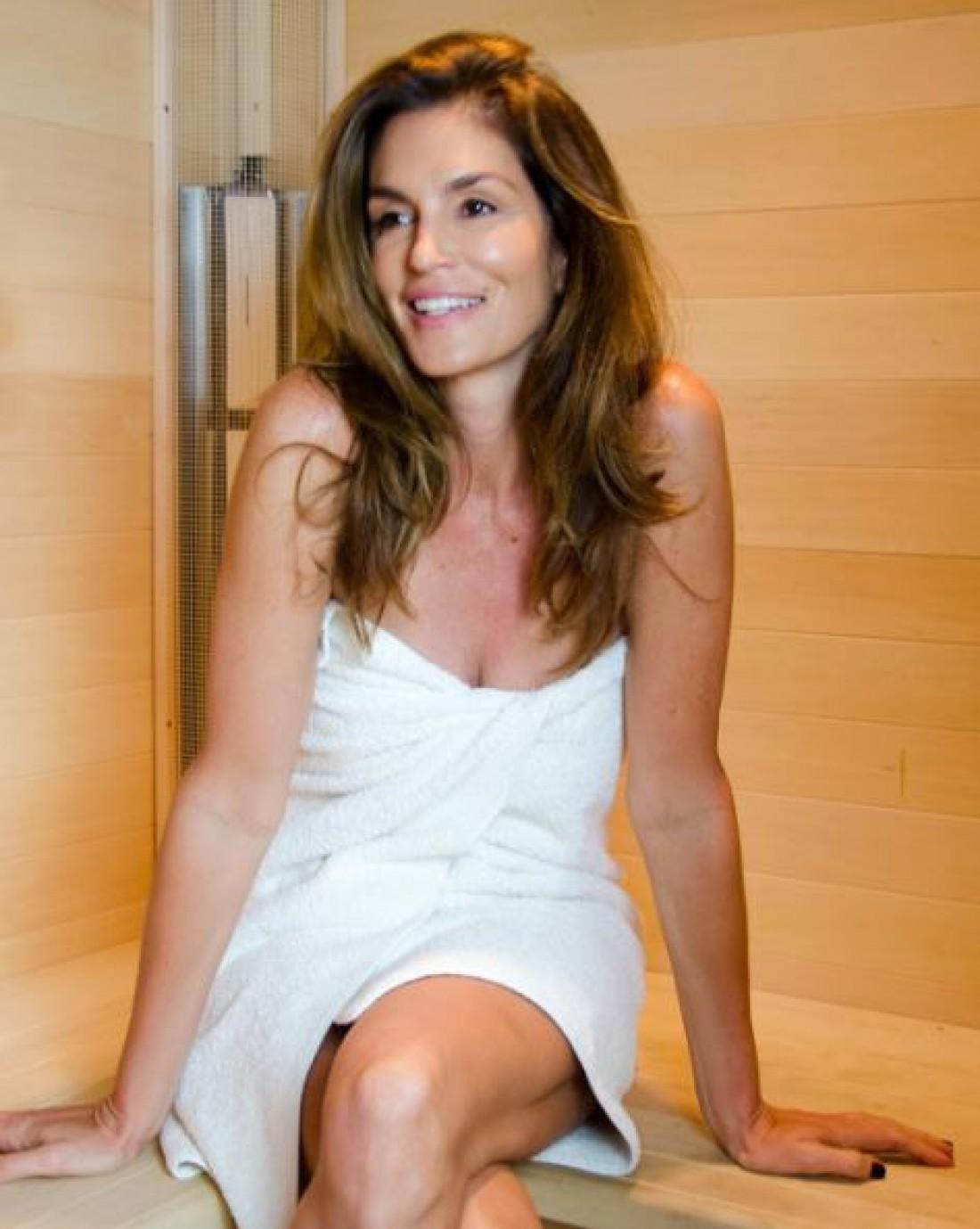 Синди Кроуфорд в банном полотенце