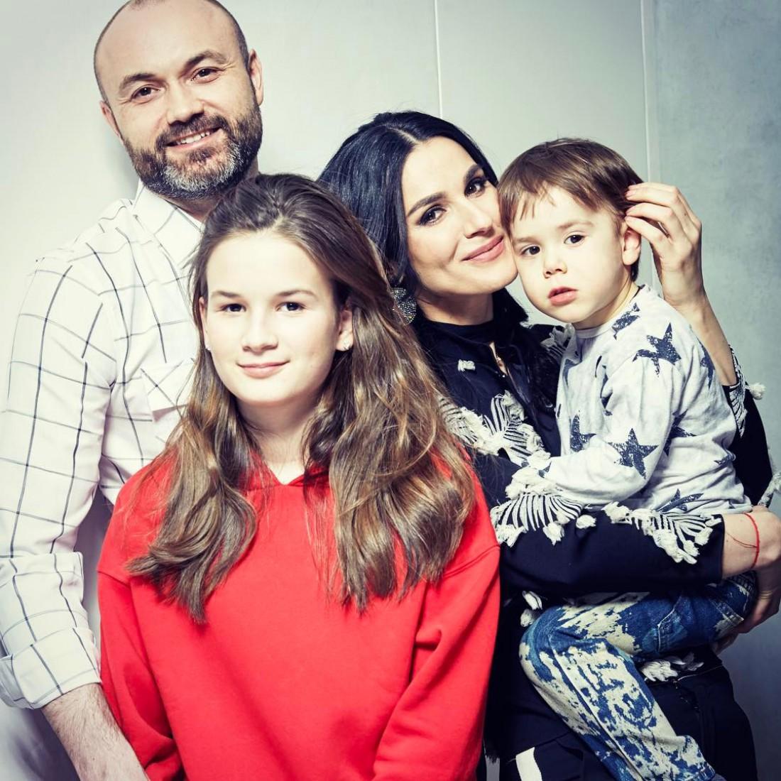 Маша Ефросинина с мужем Тимуром и детьми