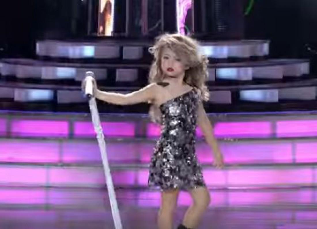 Выступление Xia Vigor в образе Тейлор Свифт