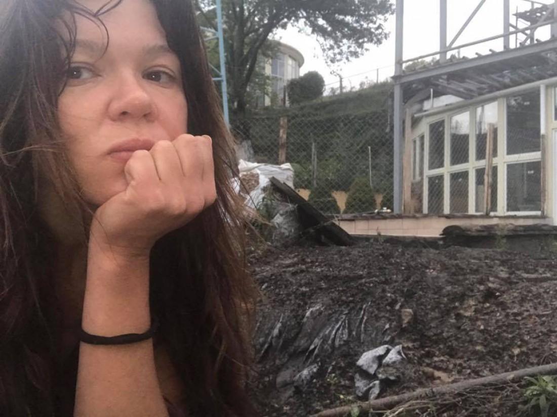 Руслана возле своего дома