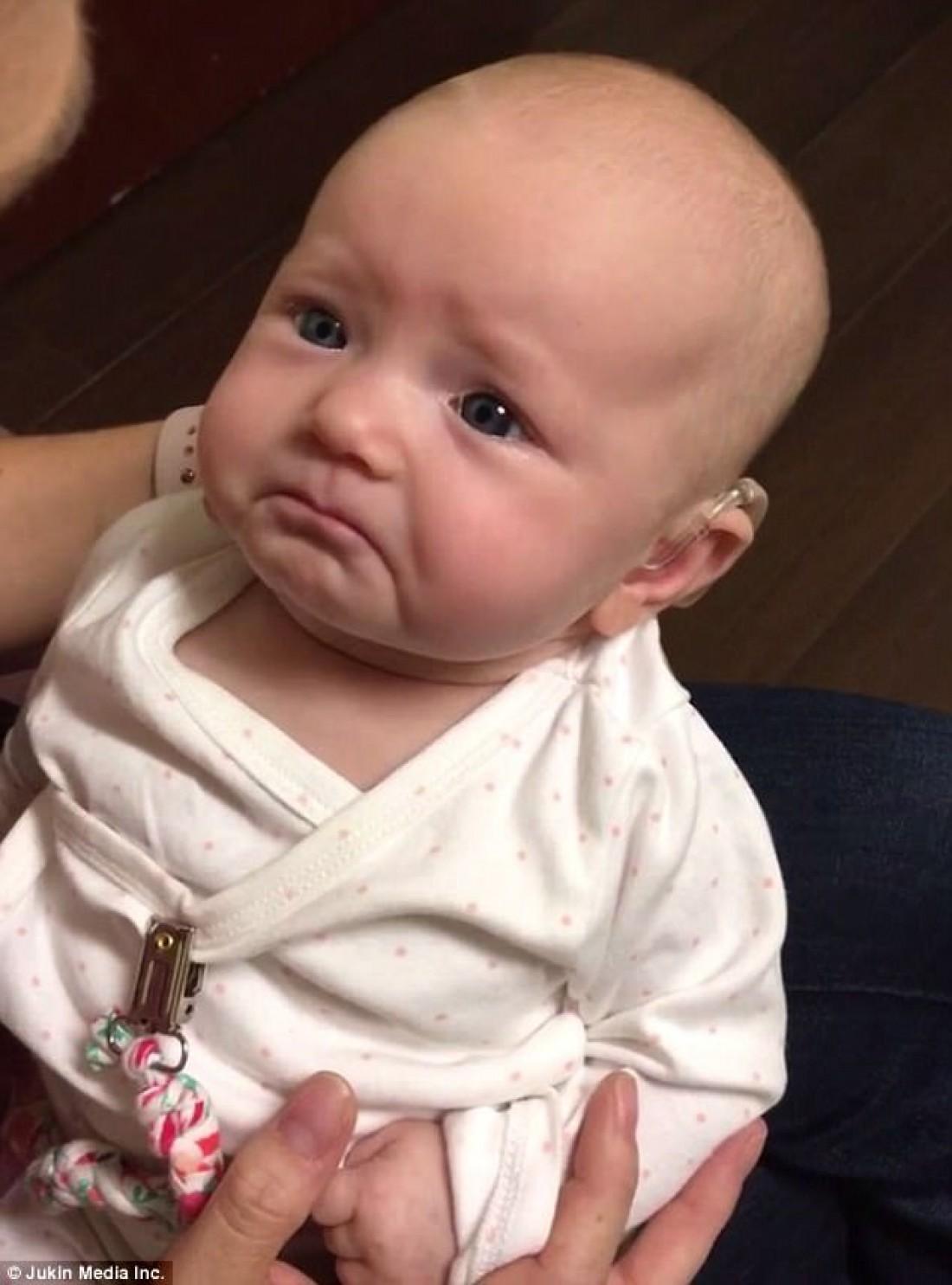 Малышка впервые слышит мамин голос