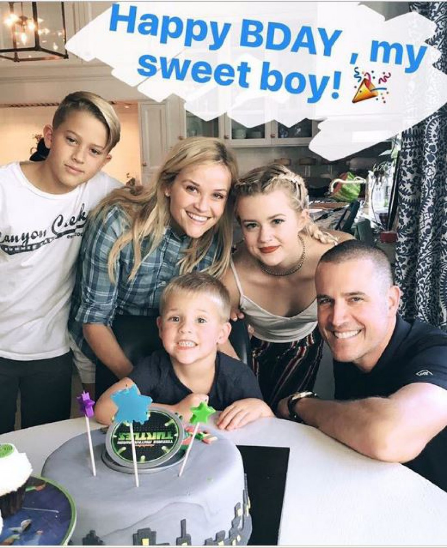 Риз Уизерспун с мужем и детьми