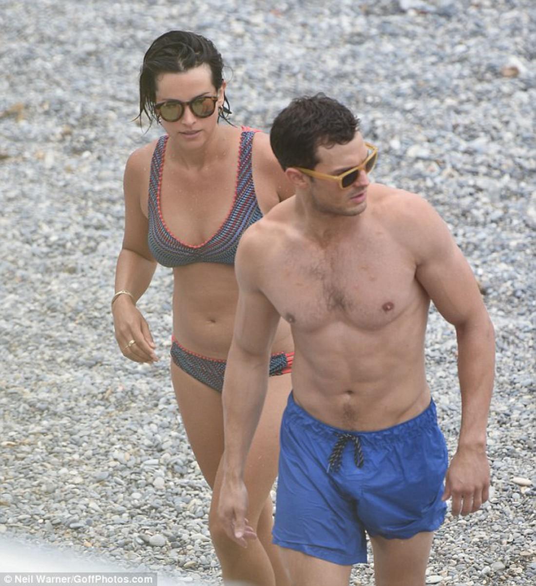 Джейми Дорнан с супругой иДакотой Джонсон отдохнули на береге воФранции