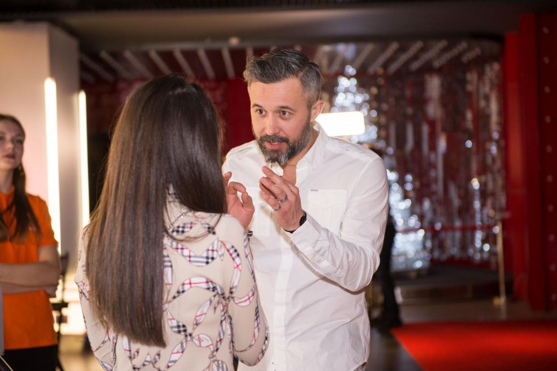 Сергей Бабкин беседует с журналистом Ivona