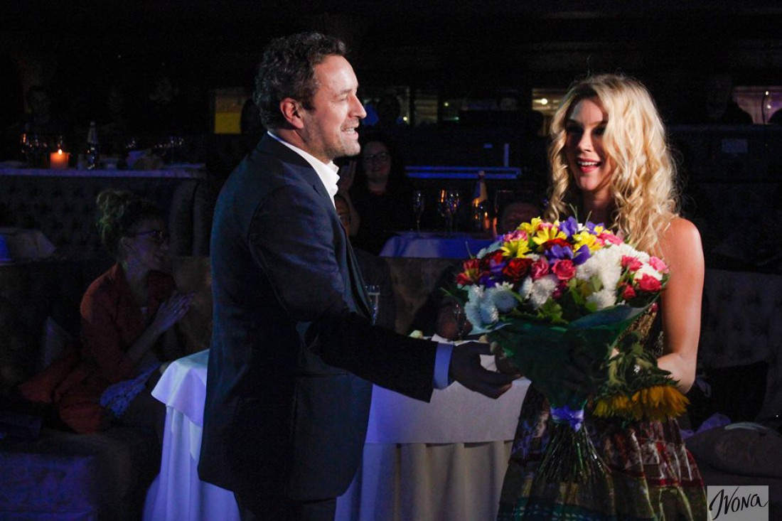 Владимир Дорош дарит цветы Joss Stone