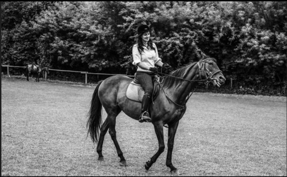 Соломия Витвицкая катается верхом на лошади