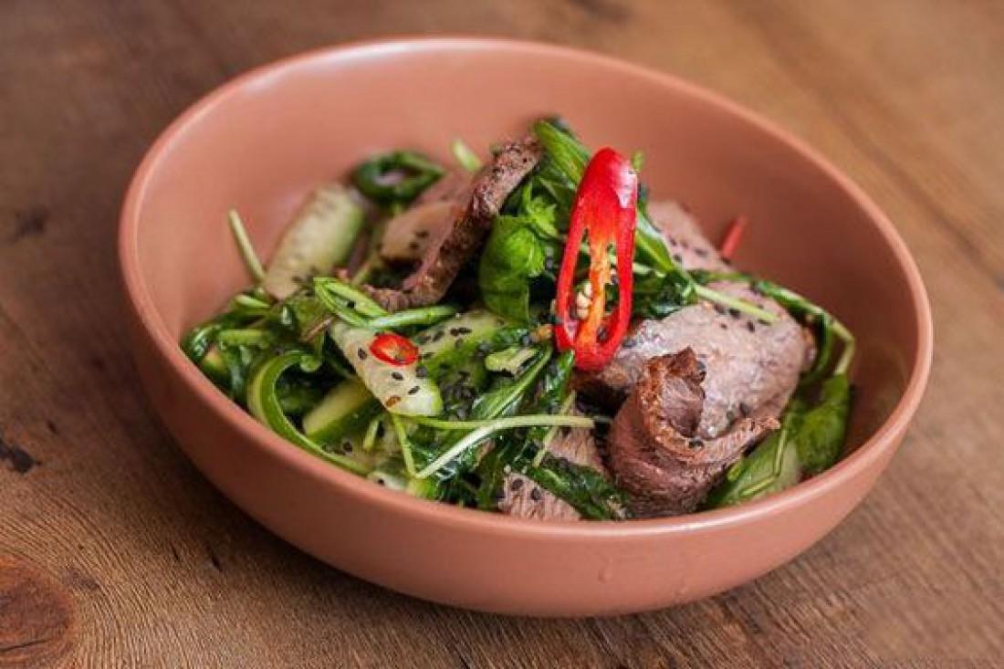 Салат без майонеза на Пасху: Острый салат со свининой и огурцами