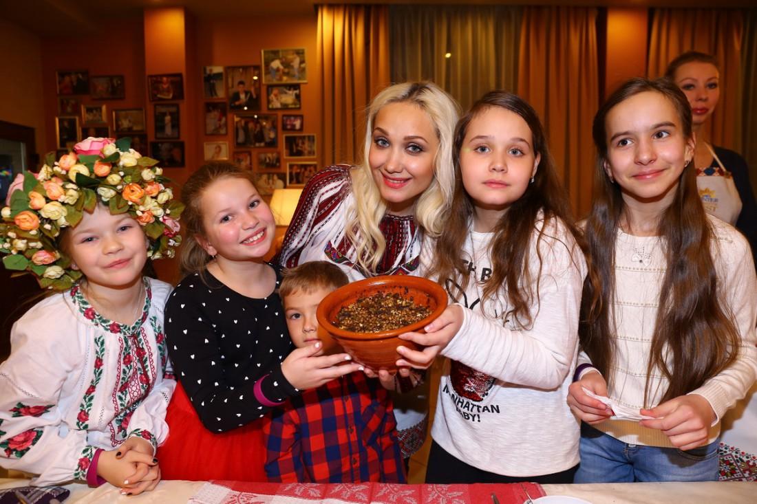 Евгения Власова с дочкой Ниной (слева от певицы) и со своей командой