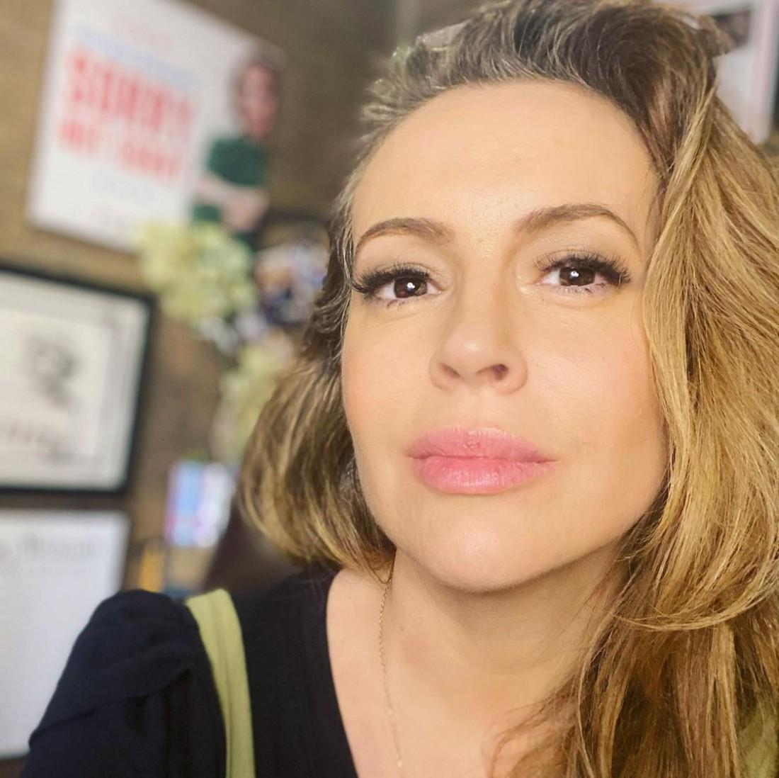 48-летняя Алисса Милано показала фото с седыми волосами