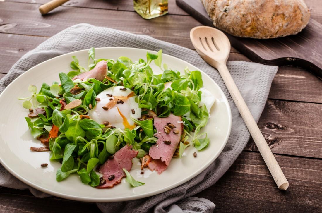 Теплый салат с яйцом пашот и куриной печенью: Пошаговый рецепт