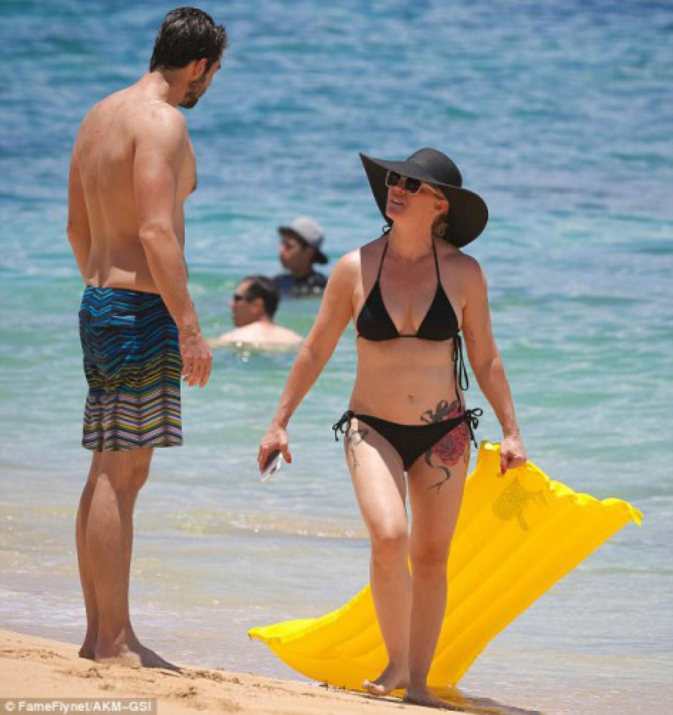 Келли из Беверли-Хиллз 90210 сделала татуировки на бедрах.  Дженни Гарт и Дэвид Абрамс