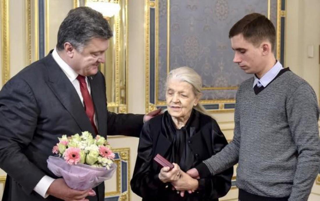 Валерия Вирская с Петром Порошенко на передаче художественной коллекции Игоря Дыченко