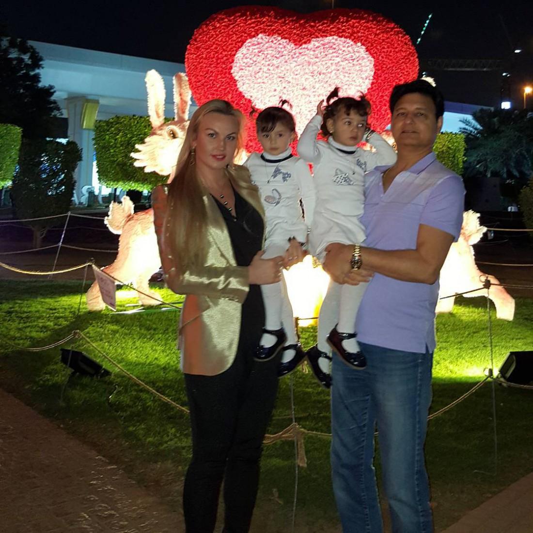 Камалия с мужем Мохаммадом и их детьми Арабеллой и Мирабеллой