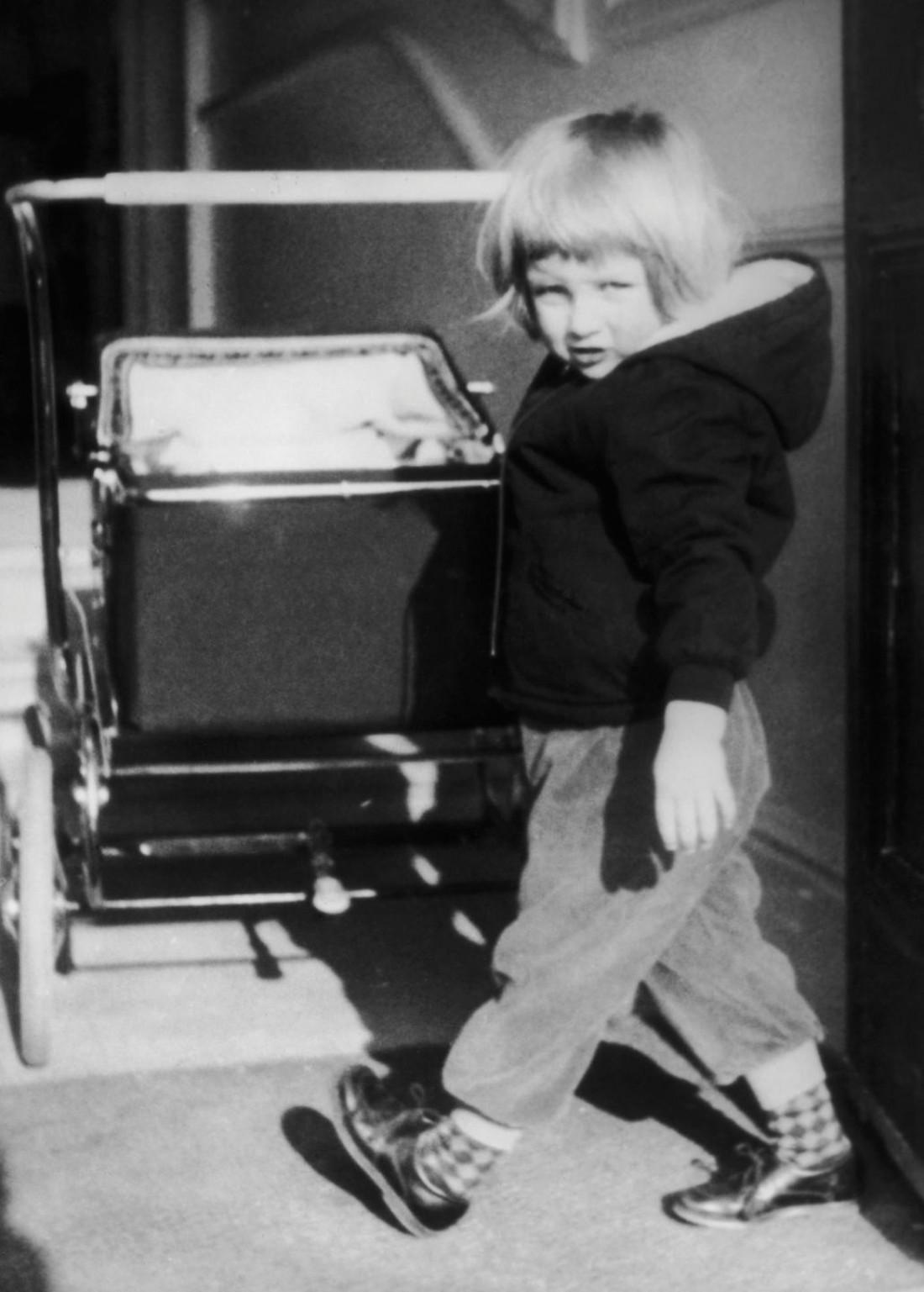 Маленькая принцесса Диана в черном худи, 1960-е