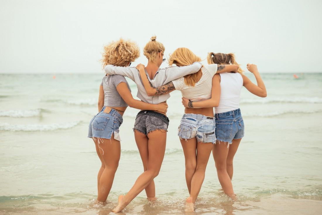 Если ты сгорела на солнце, то в последующие дни надевай на пляж светлую одежду с длинным рукавом