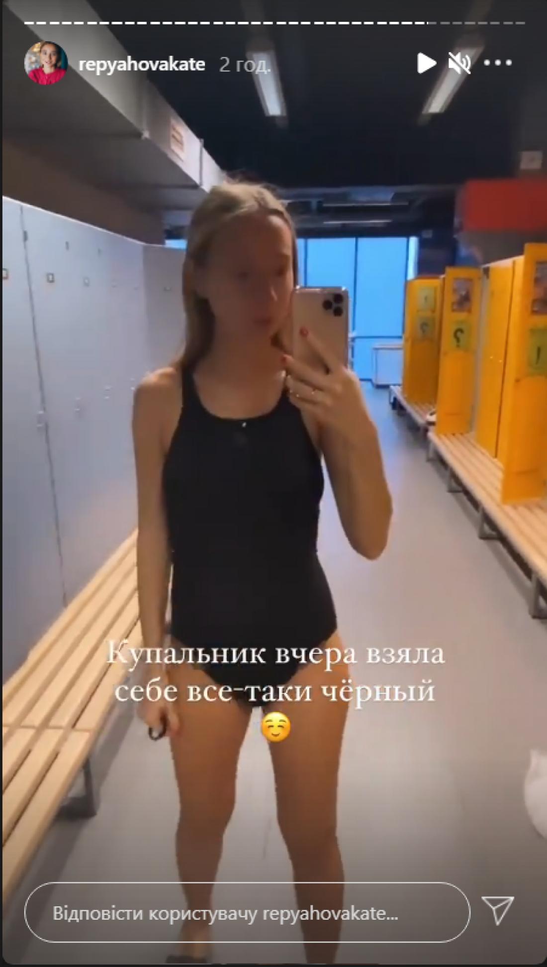Жена Виктора Павлика засветила беременный животик в купальнике