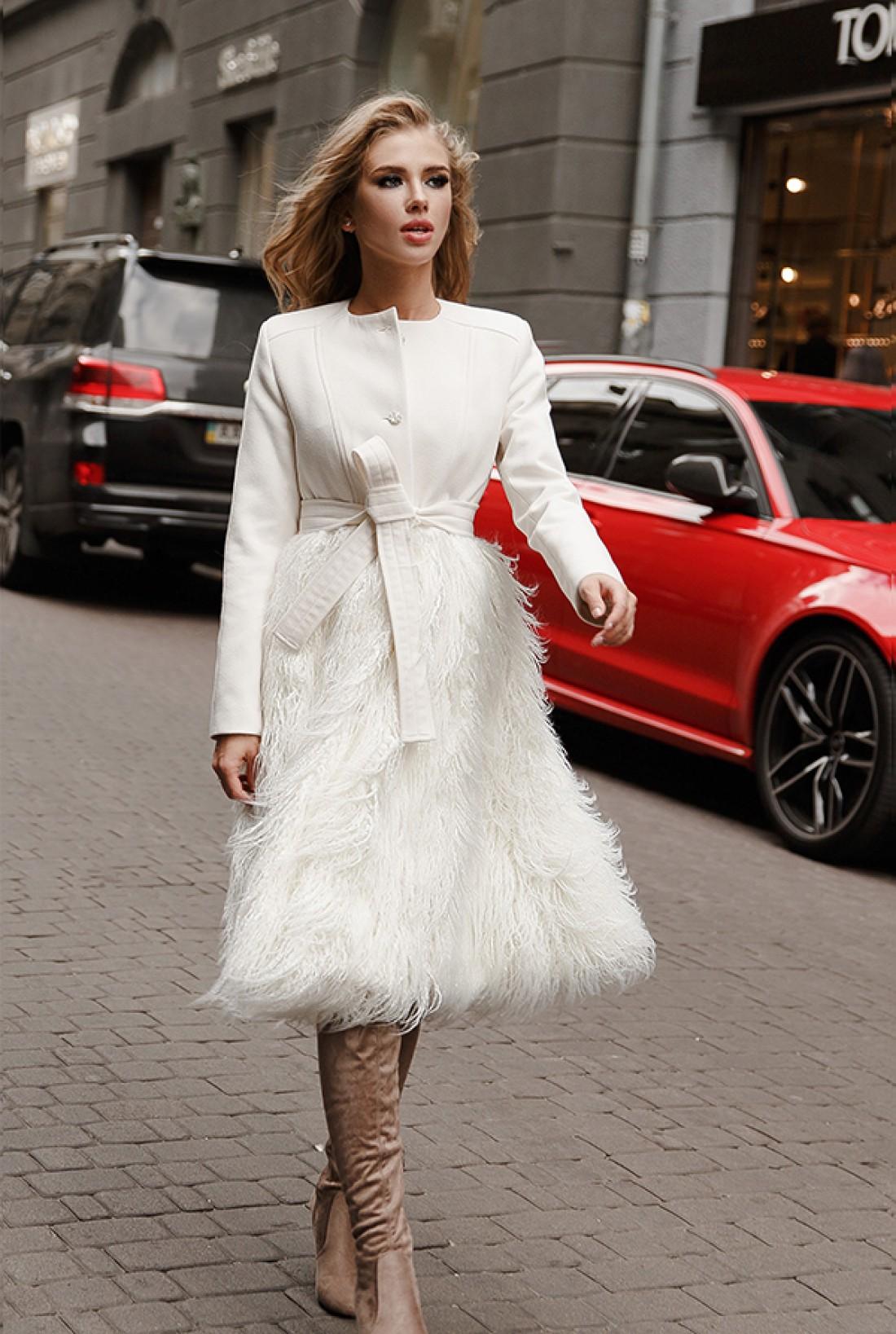 Светлые пальто уместны и для повседневности