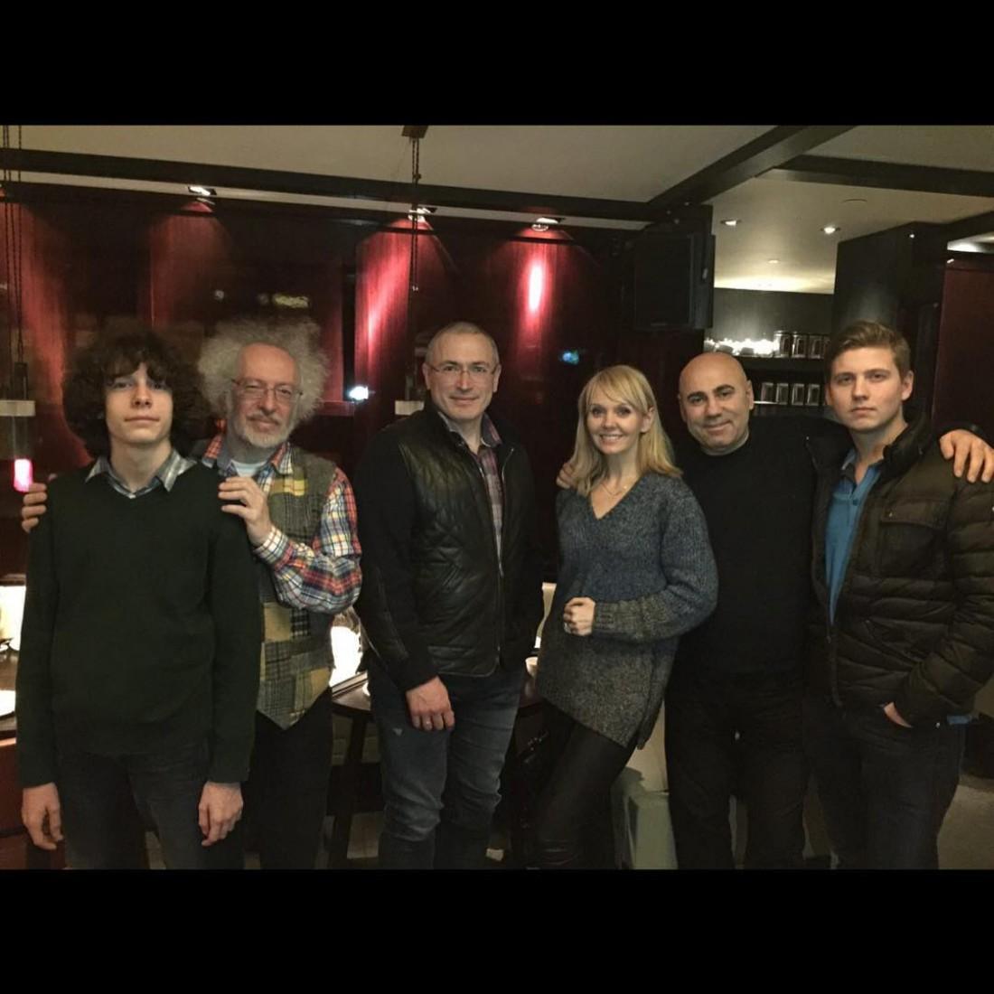 Алексей Венедиктов (второй слева), Михаил Ходорковский (в центре), певица Валерия, Иосиф Пригожин, сын Валерии Артем