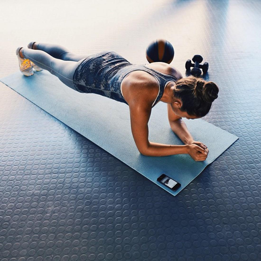 Планка способствует выпрямлению спины