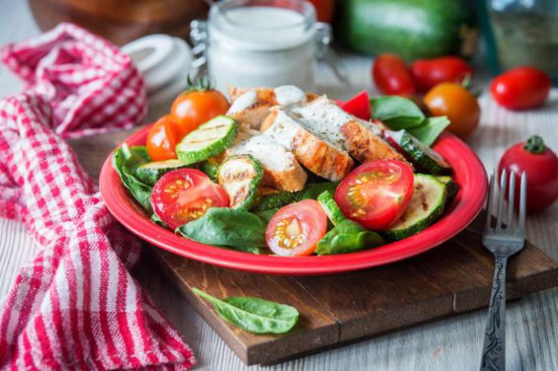 Вкусный салат для романтического ужина - Быстрый куриный салат с копченой курицей и помидорами