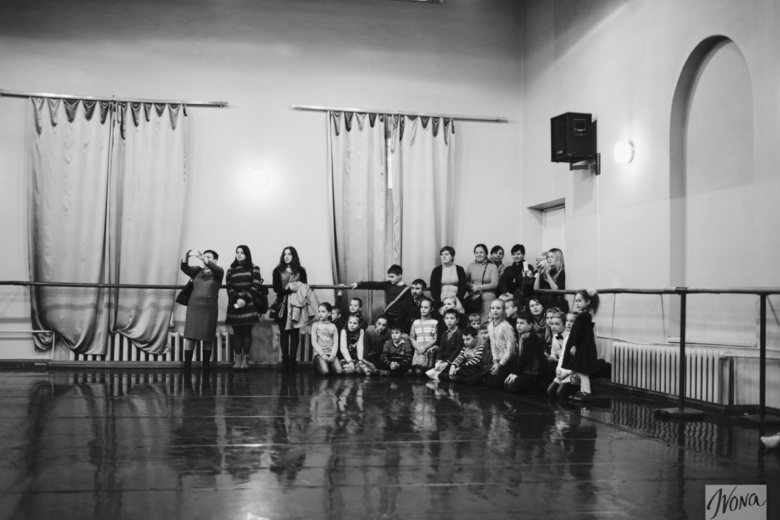 Школьники смотрят на репетицию балета