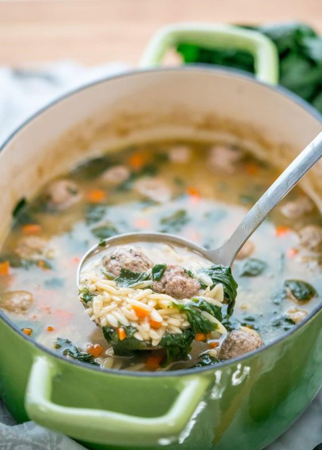 Быстрый суп со шпинатом и замороженными фрикадельками