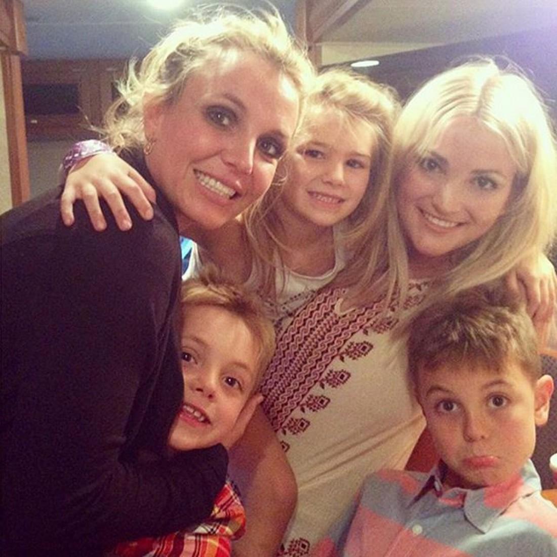 Бритни Спирс с сестрой, племянницей и сыновьями
