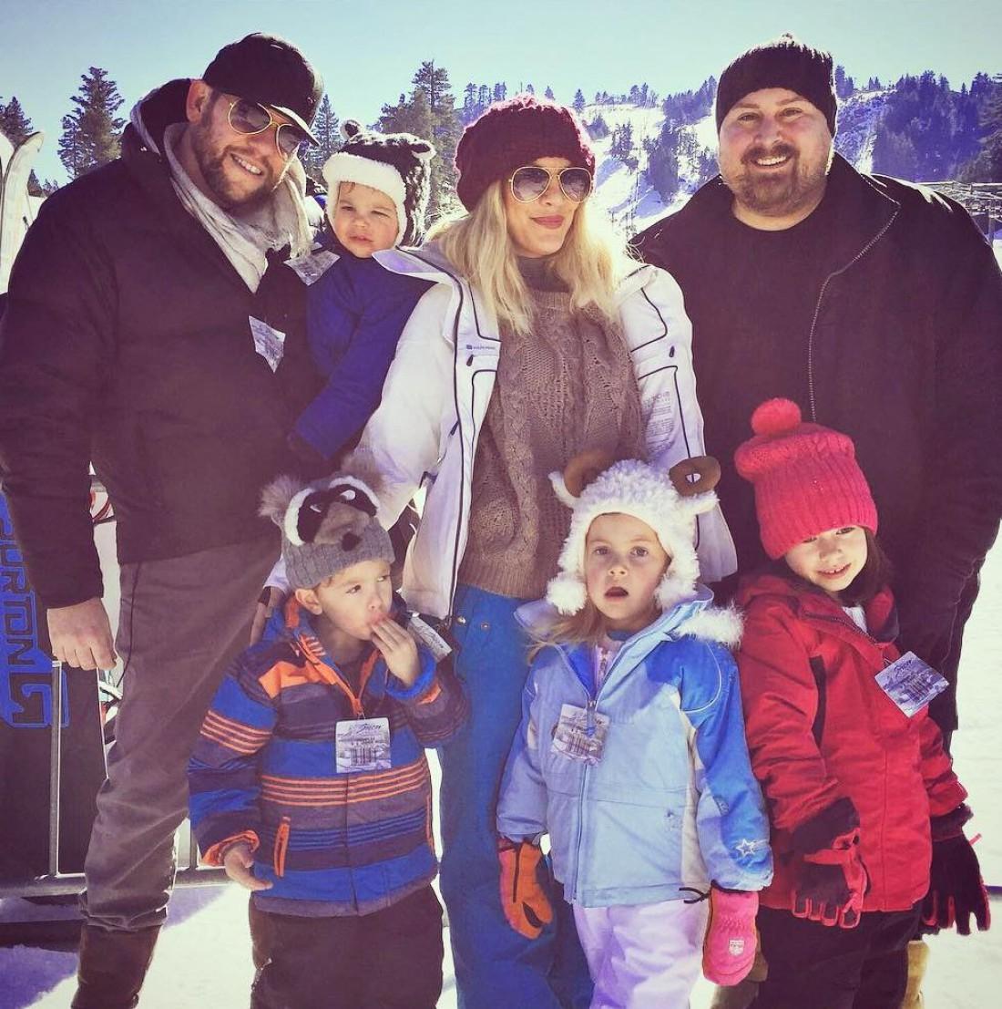 Тори Спеллинг с мужем (слева) и их детьми