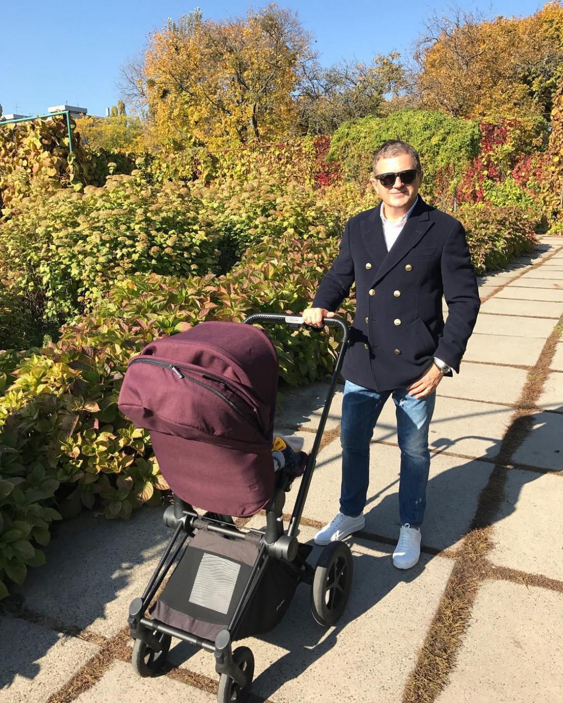 Горбунов гуляет с сыном