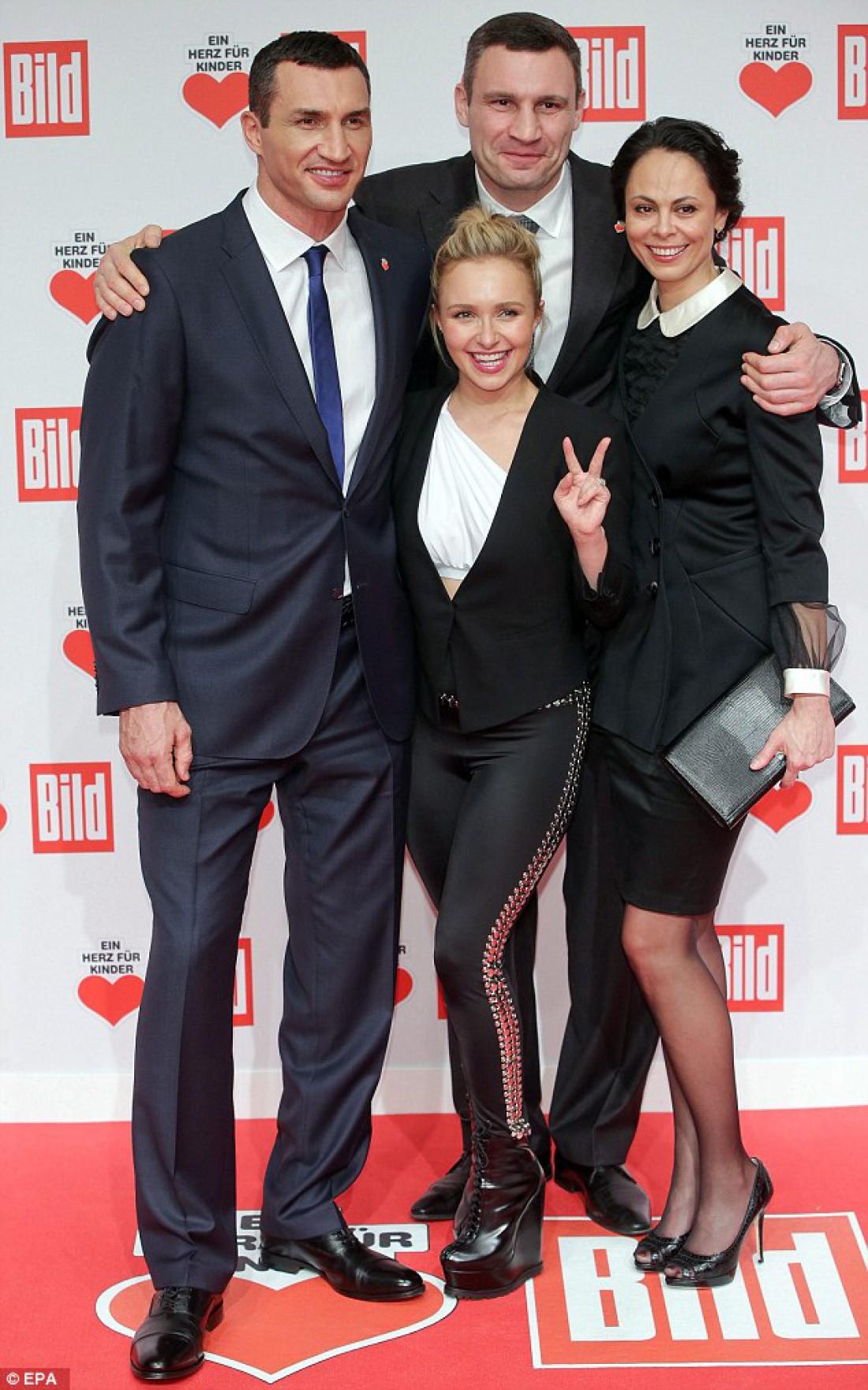 Братья Кличко, Хайден Паннетьери и Наталья Кличко (справа)